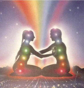 . Les âmes jumelles, par contre, sont (presque) littéralement «l'autre moitié» dans une relation d'amour. Les âmes soeurs ont souvent un lien d'amitié très fort, mais n'ont pas une relation amoureuse. Au cours de sa vie, une personne reconnaît souvent un nombre d'amis très spéciaux comme étant des âmes soeurs. Il est toujours question d'un lien étroit et elles sont capables de capter l'état d'âme des autres, même à distance