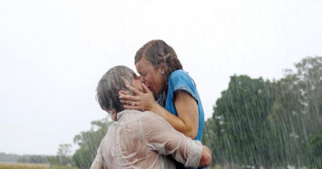N'oublie jamais est un film de Nick Casavetes ; Titre original The Notebook Peu de temps avant la Seconde Guerre mondiale, deux jeunes gens, Noah Calhoun et Allie Hamilton, se rencontrent et vivent un amour passionnel durant un été. Malheureusement, venant de milieux très différents, le sort les sépare. Après bien des années, alors qu'Allie est sur le point de se marier à un autre, son chemin croise à nouveau celui de Noah, et, après bien des difficultés, ils décident qu'ils ne peuvent vivre l'un sans l'autre. Ils se marient et fondent une famille, mais Allie, touchée par la maladie d'Alzheimer est placée en maison de retraite. Noah, qui refuse de la laisser, et afin de raviver sa mémoire, lui raconte inlassablement l'histoire qu'ils ont vécue et qu'elle a consigné dans son journal.